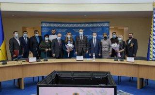 В Днепропетровской ОГА государственными наградами отметили 13 жителей области - ФОТО