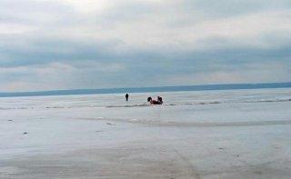 В Каменском рыбак провалился под лед - ФОТО