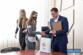 Мэр Каменского вручил награды участникам молодежной программы «Лідери змін» - ФОТО
