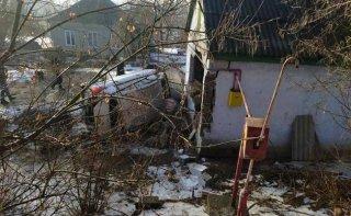 Страшное ДТП под Каменским: автомобиль Nissan протаранил частный дом: пострадала семья - ФОТО