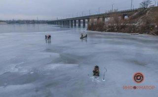 В Днепре под мостом откололась льдина с 6 рыбаками - ФОТО
