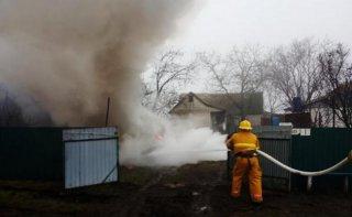 На Днепропетровщине пятеро пожарных тушили автомобиль (видео) - ФОТО
