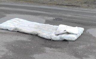 На Днепропетровщине нашли оригинальный способ латания ям на дорогах - ФОТО