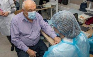 На Днепропетровщине от COVID-19 вакцинируются ведущие ученые-медики - ФОТО