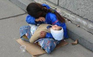 На Днепропетровщине мать отдала своего ребенка другой женщине для попрошайничества - ФОТО