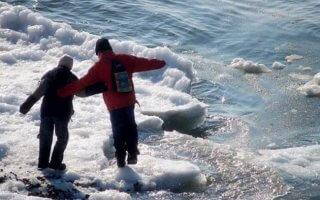 В Днепре школьники провалились под лед (видео) - ФОТО