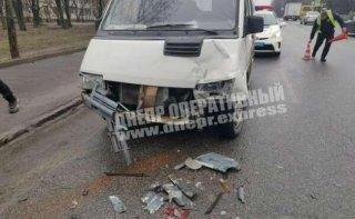 В Днепре столкнулись Renault и Skoda - ФОТО