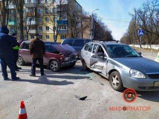В Днепре столкнулись Lada и «Жигули»: двоих увезла скорая (видео) - ФОТО