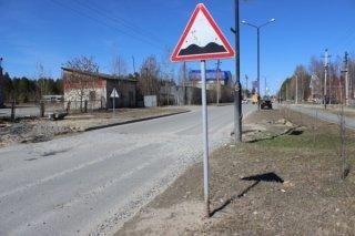 В Днепре неадекват пытался сломать дорожный знак (видео) - ФОТО