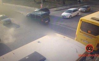 В Днепре столкнулись Hyundai и Mercedes (видео) - ФОТО