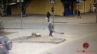 В Днепре парень упал на асфальт и умер (видео) - ФОТО