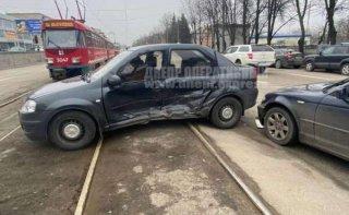В Днепре столкнулись BMW и Renault: есть пострадавшие - ФОТО