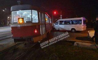 В Днепре трамвай протаранил микроавтобус (видео) - ФОТО