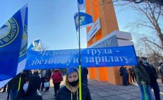 На Днепропетровщине работники крупного металлургического предприятия вышли на митинг за повышение зарплаты - ФОТО