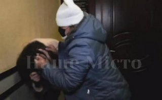 В Днепре редактор газеты напала на журналистку телеканала (видео) - ФОТО