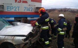 ЧП на Днепропетровщине: автомобиль раздавило поездом (фото) - ФОТО