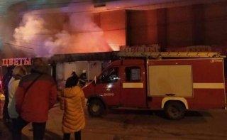 В Днепре сгорел рыбный киоск (видео) - ФОТО