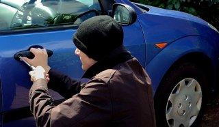 В Каменском угнали автомобиль со стоянки - ФОТО