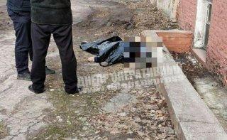 В Днепре возле школы умер мужчина (фото) - ФОТО