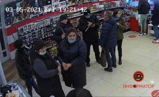 В Днепре женщина пыталась украсть телефон покупателя (видео) - ФОТО