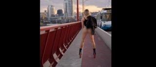 В Днепре на мосту снова разделась модель (фото) - ФОТО