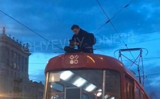 В Днепре экстремал катался на крыше трамвая (видео) - ФОТО