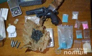 В Каменском полицейские задержали трех мужчин с оружием и наркотиками (фото, видео) - ФОТО