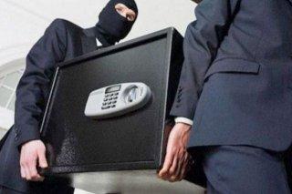 На Днепропетровщине ограбили квартиру: вынесли сейф с деньгами - ФОТО