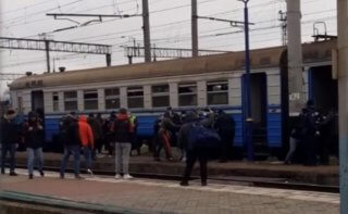 На Днепропетровщине футбольные фанаты хулиганили в электричке (видео) - ФОТО