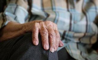 На Днепропетровщине одинокого пенсионера выселили из квартиры - ФОТО