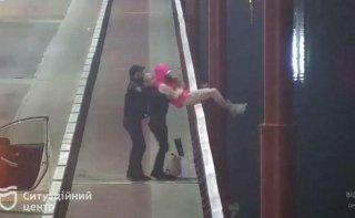 В Днепре девушка чуть не прыгнула с моста (видео) - ФОТО