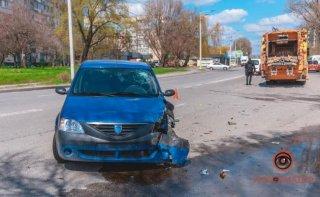 В Днепре автомобиль Dacia въехал в мусоровоз - ФОТО