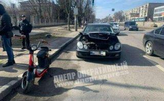 В Днепре Mercedes столкнулся с электровелосипедом - ФОТО