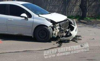 В Днепре Peugeot столкнулся с маршруткой с пассажирами (видео) - ФОТО