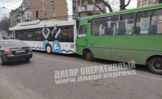 В Днепре маршрутка врезалась в троллейбус - ФОТО