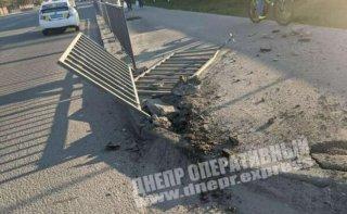 В Днепре ГАЗ снес ограждение и пытался сбежать - ФОТО