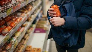 На Днепропетровщине вор украл из супермаркета 7 палок колбасы - ФОТО