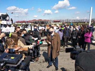 Участники акции из Каменского ждут чиновников - ФОТО
