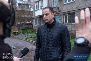В Каменском КП «Добробут» устанавливает новые козырьки над подъездами - ФОТО