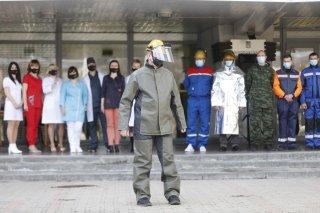 В Днепре провели дефиле в защитных костюмах для работников разных сфер - ФОТО