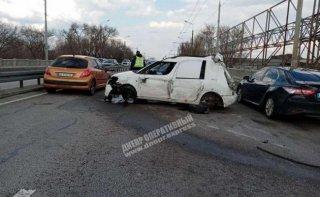 В Днепре водитель на Skoda врезался в забор (видео) - ФОТО