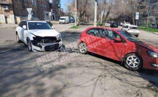 В Днепре столкнулись Audi и Volkswagen (видео) - ФОТО