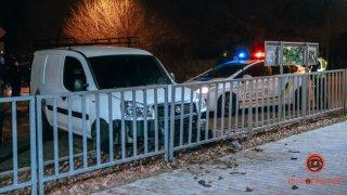 В Днепре пьяный водитель Fiat скрывался от погони и врезался в ограждение (видео) - ФОТО