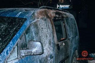 В Днепре на стоянке горели автомобили (видео) - ФОТО