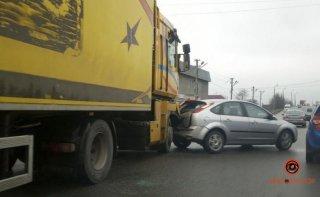 В Днепре тройное ДТП с грузовиком (видео) - ФОТО