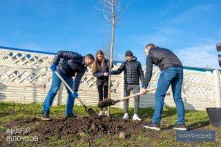 Мэр и молодежь Каменского высадили полсотни деревьев в Карнауховке - ФОТО