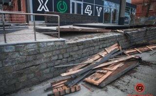 В Днепре на автомобили рухнула деревянная конструкция - ФОТО