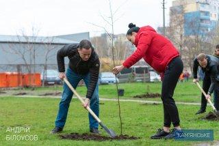 1000 деревьев и 600 кустов высадили в Каменском ко Дню окружающей среды - ФОТО
